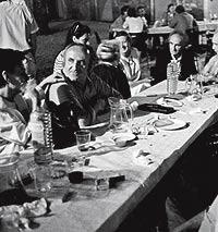 Principios de los 90. Pérez, en primer plano, comparte mesa con Chillida (segundo por la dcha.) en Francia.
