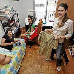 De izqda. a dcha., Marta, Laura y Virginia, estudiantes de entre 21 y 23 años, viven de alquiler a costa de sus padres en Madrid. / SERGIO GONZÁLEZ
