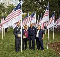 Alicia Esteve, a la derecha, en el Memorial d ela Víctimas de 11-S en Nueva York. / POLARIS