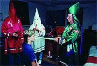 Mística. Con una liturgia ancestral, el Gran Dragón ordena Caballero del Klan a un nuevo acólito.