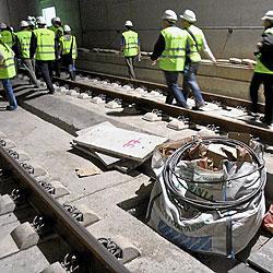 Un grupo de operarios en el momento de hacer el cambio de turno de su joranda laboral en la línea del AVE Barcelona, en el túnel de Baix Llobregat. / CHRISTIAN MAURY
