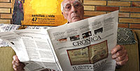 RECONOCIÓ AL ASESINO. Francisco Peruchena, 91 años, lee el Crónica de la semana pasada, donde descubrió el rostro de uno de los asesinos de sus hermanos maristas.