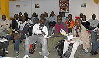 Un grupo de 30 senegaleses traído por Carrefour recibe una charla de integración en el Centro Hispano Africano. / COMUNIDAD DE MADRID
