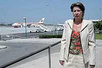 La ministra de Fomento, Magdalena Álvarez, en el aeropuerto de Málaga, el pasado julio. / JESÚS DOMÍNGUEZ