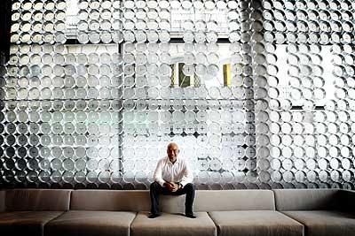 Su exitosa fórmula consiste en ofrecer habitaciones de diseño y desayunos pantagruélicos por 100 euros. Empezó con un hotel de 30 habitaciones. A finales de año serán más de 600 repartidas en 12 establecimientos