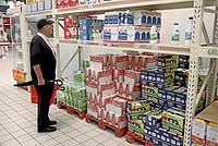 Un cliente mira los precios de la leche, uno de los alimentos básicos que más ha subido en las últimas semanas. / ALBERTO CUÉLLAR