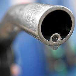 La fuerte subida de los precios del petróleo y de las gasolinas pone contra las cuerdas la salud de las economías familiares y de las cuentas de los estados. / REUTERS