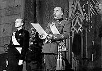 De izquierda a derecha, Ramón Serrano Suñer y Francisco Franco, en un acto de la Junta de Burgos durante la guerra. / COVER
