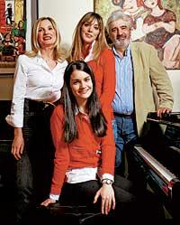 Con su madre María (economista), su padre Carlos (arquitecto) y su hermana Ana.