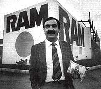 En 1989 posaba así de sonriente frente a su fábrica de leche RAM. En la mano sostiene el nuevo tipo de envase que comercializaba.