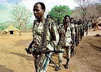 TRÁFICO DE MARFIL Y DE MUNICIÓN. Soldados de la Fuerza de la Alianza de Sudán (SAF) hostigan a los rebeldes en la región del Nilo Azul en 2000.