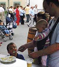 El alcohol es la sustancia tóxica más próxima a los niños. / EL MUNDO