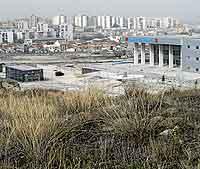 Terrenos del ámbito de actuación del Jarama, con Coslada al fondo. (Foto: Bernardo Díaz)