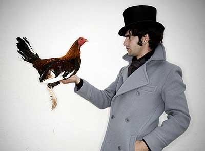Como un dandi. Morante, ataviado al estilo 'lord' inglés, sostiene un gallo de pelea, animal que cría en su finca Doña Pepa, en su pueblo.