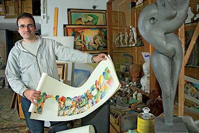 EL ARTISTA. Rodolfo Navarro posa en su taller de El Rincón de Ademuz, en Valencia.