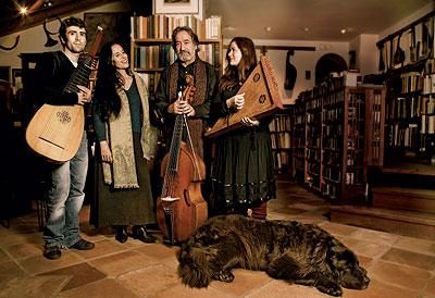 Formación. De izqda. a dcha.: Ferrán Savall, con su tiorba; Montserrat Figueras, soprano; Jordi Savall, con una viola de gamba y Arianna Savall, soprano y arpista.