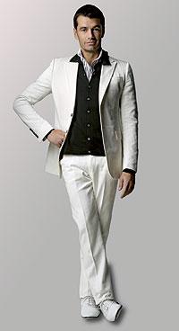 Esmoquin. Camisa de rayas blancas y negras, 187 euros, de Iceberg. Esmoquin blanco y jersey de punto con ribete, consultar precio, de Gucci. Zapatos de piel blanca, consultar precio, de Gucci.