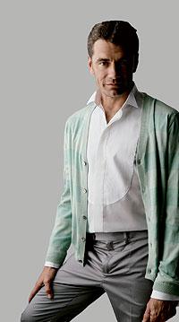 Cardigan. De punto de rayas verdes, 180 euros, de Armand Basi. Camisa de lino tipo esmoquin, consultar precio, de Ferré.
