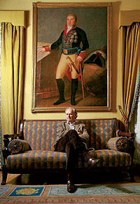 El descendiente. Enrique Rúspoli posa junto a un retrato de Godoy. El 17 de marzo se celebran dos siglos del motín de Aranjuez.