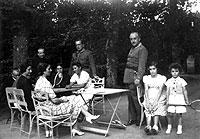 EN FAMILIA. Franco (de pie a la dcha.) en compañía de los suyos, en septiembre de 1937. Su mujer, Carmen Polo, es la del vestido de cudros; a la izquierda, sentado, su cuñado Serrano Súñer.