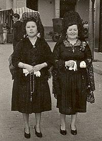 Dos mujeres al salir de misa.