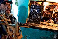 Un recluso se dispone a comprar comida en una de las tiendas-restaurante de la cárcel.