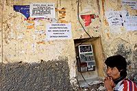 Un preso llama al exterior desde uno de los teléfonos públicos habilitados.