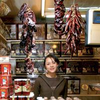 Maira, trabajadora de la tienda de frutos secos Morilla.