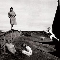 Escocia, 1982. Paul y sus hijos Stella y james se divierten en la finca de Campbeltown.