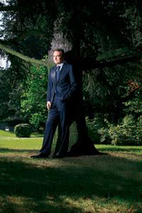 Zapatero bajo un árbol de los jardines de La Moncloa.