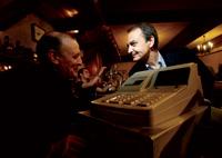 Rememorando viejos tiempos. Zapatero charla con el dueño de una tasca.