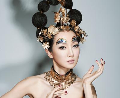 Arte y política. Por su excentricidad, su talento y su imagen, Sa Dinding puede recordar a la islandesa Björk.