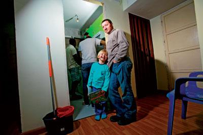 José Antonio Peces, 40 años. Informático. Divorciado. Vive con su hijo de 4 años y con dos cameruneses y una pareja de bolivianos.