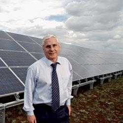 Sostenible. José María Barreda, presidente de Castilla-La Mancha, en el parque solar de Renovalia, en Puertollano.