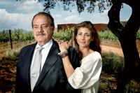 Padre e hija. Banús, de 60 años, con su hija Laura, de 34, directora general de la bodega.