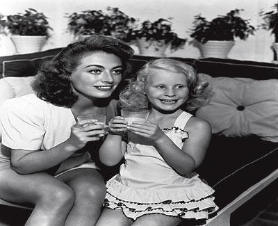 La hija. Joan y Christina Crawford a finales de los años 40. La actriz adoptó a su hija mayor en 1939.