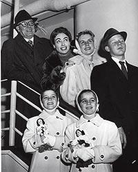 La familia. Alfred Steele, su cuarto marido, Crawford, Christina, Christopher y las gemelas Cindy y Cathy, en 1956.