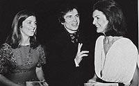 EN EL 'BACKSTAGE'. Entre Cristina y Jacqueline Onassis en el Metropolitan Opera House de Nueva York, en 1980.