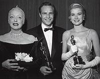 Oscarizado. Con su primer Óscar junto a Bette Davis y Grace Kelly en 1955.