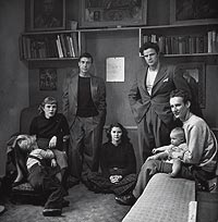 En casa. Brando (2º dcha.) y su hermana (1ª izda.) con unos amigos en su casa en 1948.