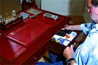 Rajoy en el escritorio que le regaló su mujer hace ocho años.