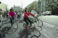 La secretaria de Estado para Iberoamérica, Trinidad Jiménez, pasea en bicicleta por Madrid.