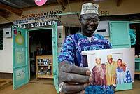 Malik, el hermano polígamo de Obama, en la entrada de su comercio. (Foto: Karel Prinsloo)