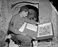 Final feliz. Un soldado aliado encuentra un grabado de Durero entre otros tesoros artísticos escondidos en Merker. Alemania.