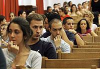 Alumnos de la Universidad de Sevilla esperan nerviosos a conocer los resultados de un examen. (Foto: Conchitina)