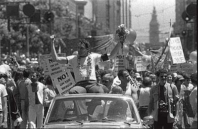 AGITADOR. Harvey Milk liderando una marcha en favor de los derechos de los homosexuales en 1978. (Foto: AP)