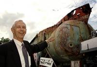 El explorador e ingeniero Jacques Piccard, mostrando uno de sus viejos mesoscafos, en una foto tomada en 1999. / PATRICK AVIOLAT / EFE