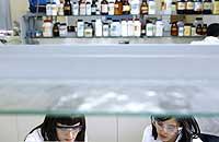 Dos jóvenes investigadoras trabajan en un laboratorio de Química Biológica de la Universidad Complutense de Madrid (UCM). / antonio xoubanoba