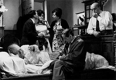 """Escena de """"El cochecito"""" (1960), con Pepe Isbert, José Luis López Vázquez y Chus Lampreave, entre otros. Fue el segundo guión que escribió Azcona"""