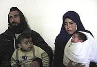 Supervivientes. Anwar y su mujer, Sameira, con dos de sus hijos. Los otros dos que les quedan están en la casa de la familia de ella.